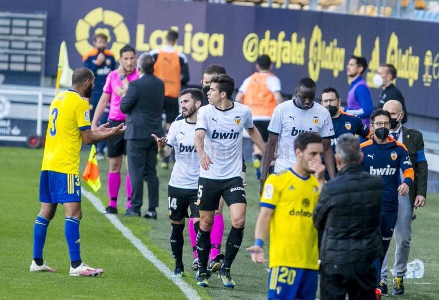 Partida do Valencia é interrompida após acusação de racismo contra atleta do Cádiz