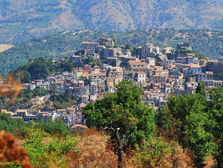 Casas estão à venda por R na Itália; entenda