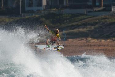 Surfista Ítalo Ferreira fica indignado com nota baixa e quebra prancha; veja o vídeo