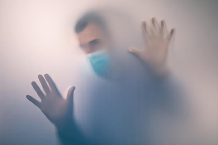Homem é preso acusado de transmitir coronavírus a 22 pessoas