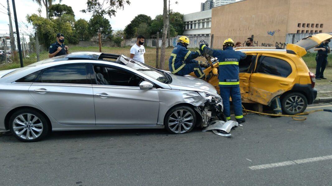 Idosa fica presa às ferragens em acidente de carro em Curitiba