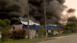 Incêndio de grandes proporções atinge empresa em Fazenda Rio Grande