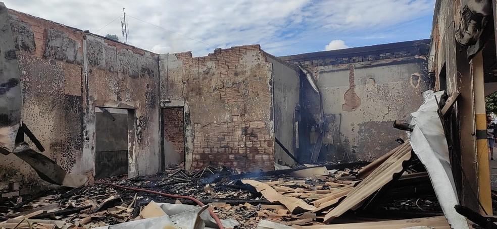 """""""Não podemos desanimar"""", diz empresário que teve restaurante destruído em incêndio no PR"""