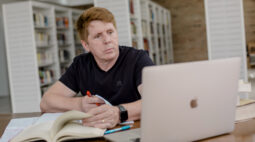 Autor alerta para o perigo dos rótulos na internet e o inconsciente coletivo