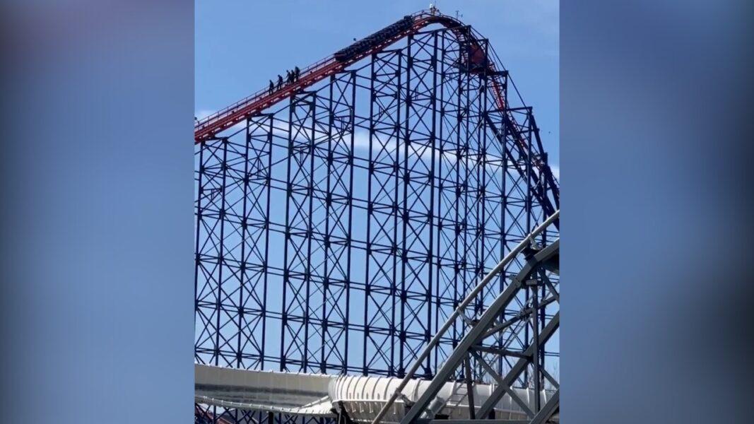 Montanha-russa quebra a 60m de altura e visitantes precisam andar pelos trilhos; veja o vídeo