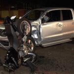 Após forte batida, motocicleta para em pé em acidente na Av. Gastão Vidigal, em Maringá