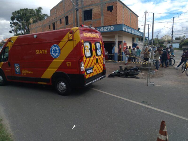 Motociclista que trabalhava com entregas morre ao bater contra van