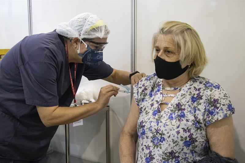 Profissionais de odontologia ajudam na vacinação contra a covid-19