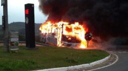 Ônibus pega fogo e caminhão tomba em cima de táxi em acidente na PR-423; uma pessoa morreu