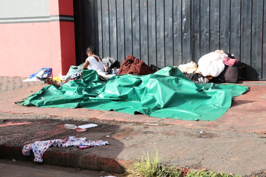Entrega de mantas e marmitas é intensificada com a chegada do frio, em Maringá