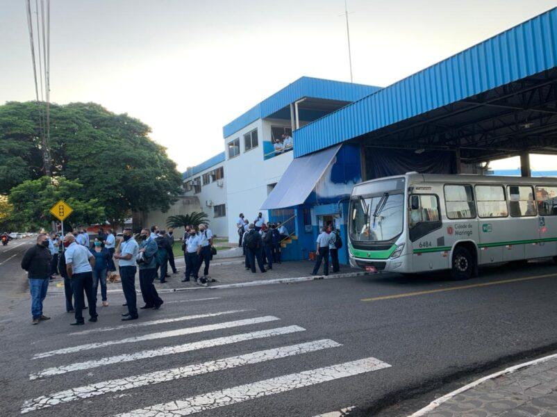 Motoristas do transporte coletivo de Maringá promovem paralisação por falta de salário