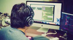 Professores do ensino fundamental fazem streaming de jogos para atrair a atenção de alunos