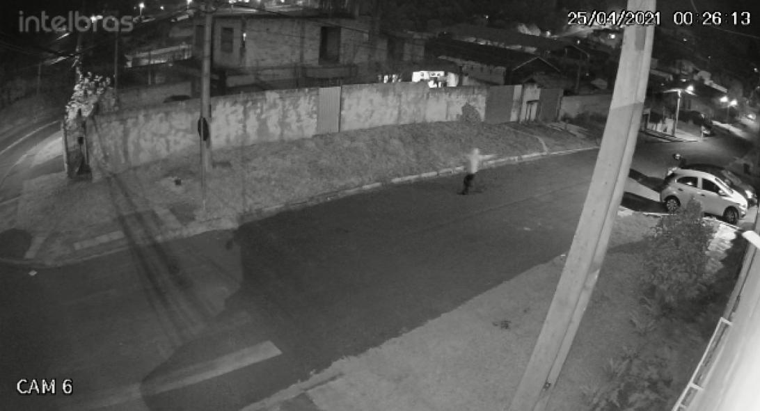 EXCLUSIVO: Homem tenta assaltar policial, mas é surpreendido; veja a troca de tiros