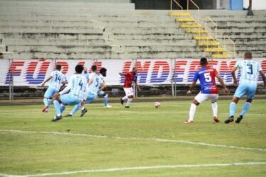 Com um jogador a menos, Paraná segura o empate contra o Londrina na Vila Capanema