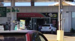 Conveniência de posto em Maringá é flagrada aberta mesmo com decreto proibindo abertura no feriado