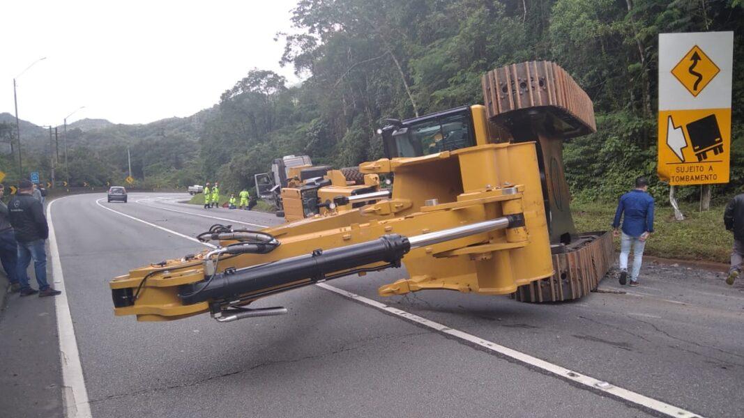 Retroescavadeira cai de caminhão durante transporte e interdita BR-376