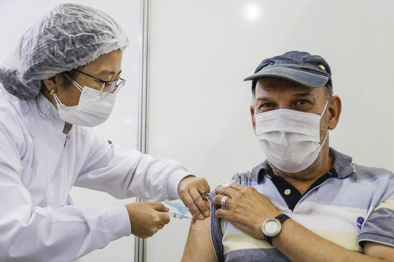 Idosos de 74 a 71 anos recebem 2ª dose da vacina contra a covid-19; veja o cronograma