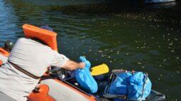 """Mutirão de limpeza mostra """"herança"""" deixada por pescadores nas margens dos rios Iguaçu e Paraná"""