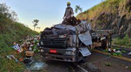 Motorista morre após bater caminhão carregado de bananas, na PR-170