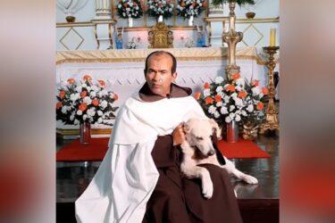 Padre viraliza na internet celebrando missa com cachorro no colo; veja o vídeo!