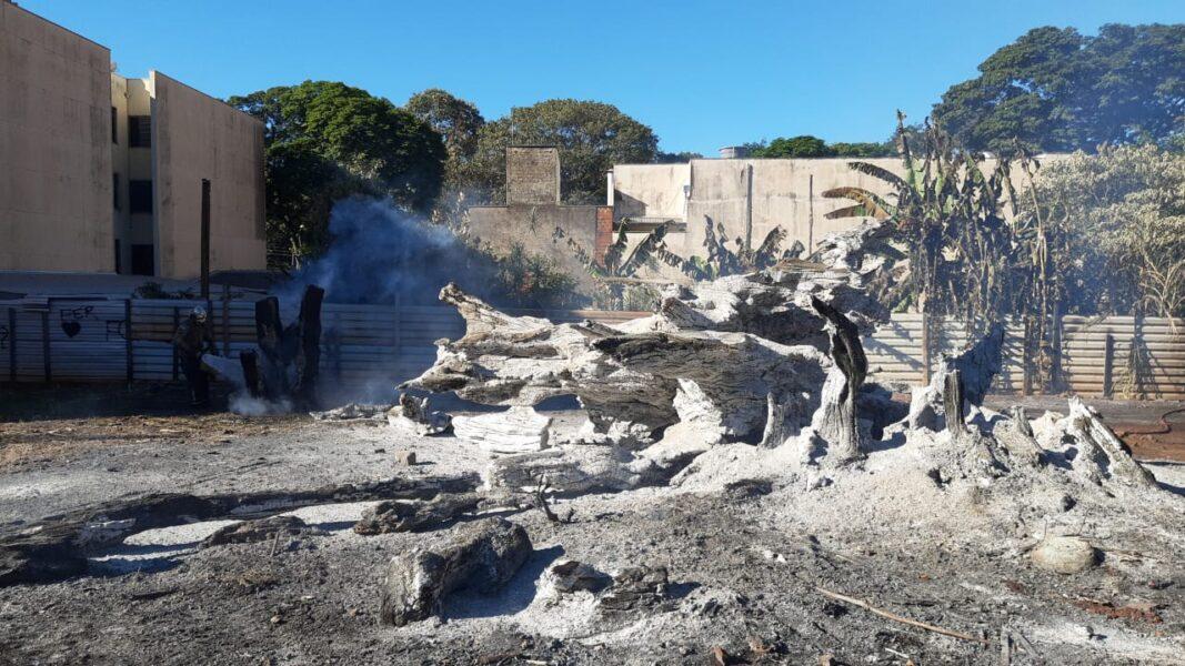 Dois incêndios no mesmo horário mobilizam bombeiros em Maringá