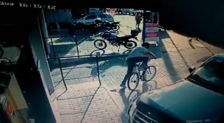 Câmera flagra ladrão furtando bicicleta no bairro Fazendinha, em Curitiba
