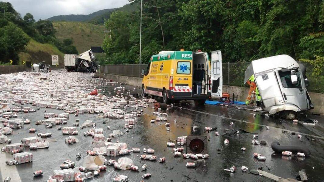 Carreta carregada de cerveja se envolve em acidente e carga fica espalhada na BR-116