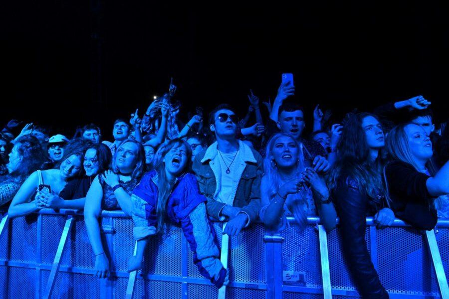 Cinco mil pessoas curtem evento-teste sem máscara e distanciamento na Inglaterra