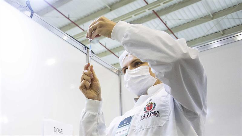Em Curitiba, vacinação de pessoas de 59 anos com comorbidades começa nesta terça (11)