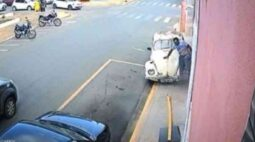 Vítima de atropelamento sai correndo após ser prensado por fusca; veja vídeo
