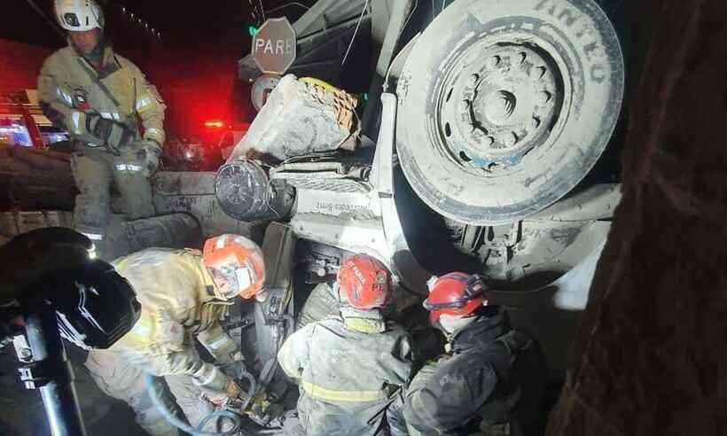 Caminhão perde os freios, tomba e mata bebê de 2 meses