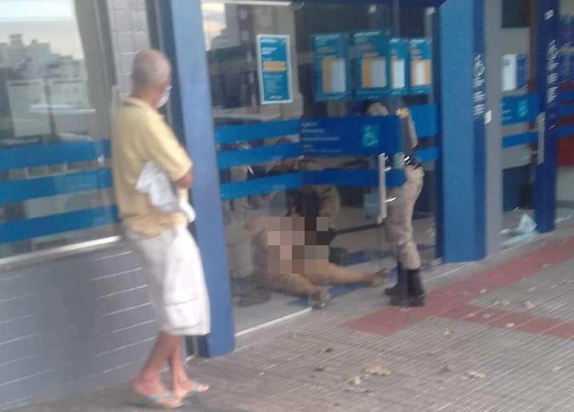 Mulher fica nua, depreda agência bancária e tem que ser algemada
