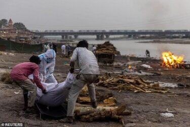 Indianos instalam rede no rio Ganges para pegar cadáveres de vítimas de Covid-19