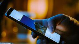 Dedos polegares percorrem 83km por ano deslizando telas de celular, dizem especialistas