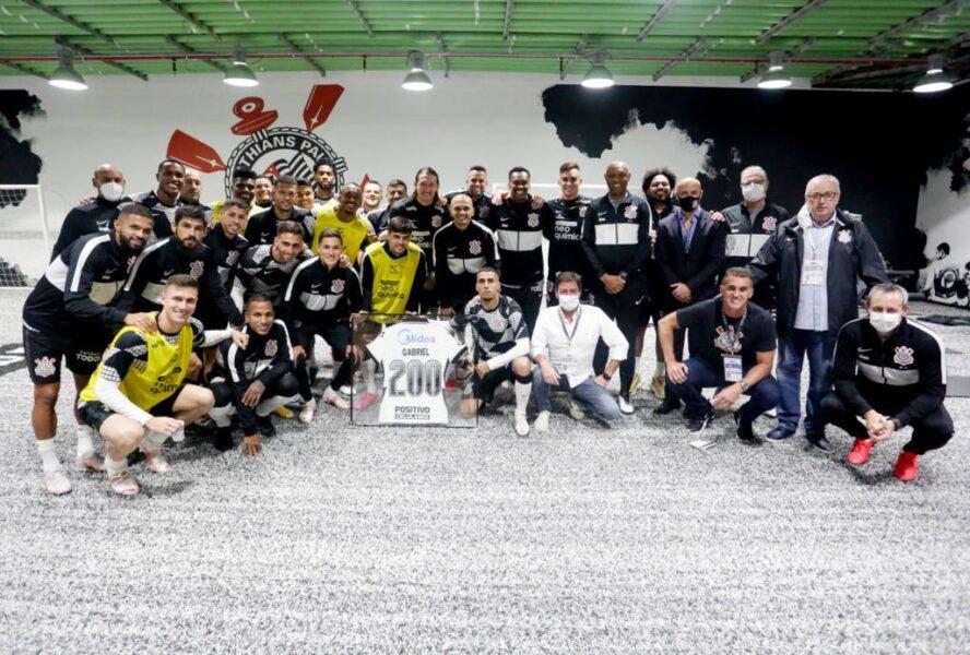 Parabenizado após 200º jogo, Gabriel planeja busca por mais títulos no Corinthians