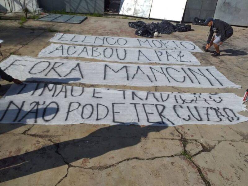 Torcida do Corinthians protesta em frente ao CT Joaquim Grava