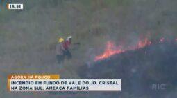 Incêndio em fundo de vale do Jd. Cristal ameaça casas e dá trabalho para bombeiros