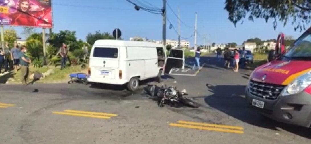 Carona de moto morre em acidente com Kombi em São José dos Pinhais