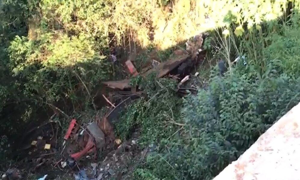Três pessoas morrem após acidente na PR-487; veículos caíram em ribanceira
