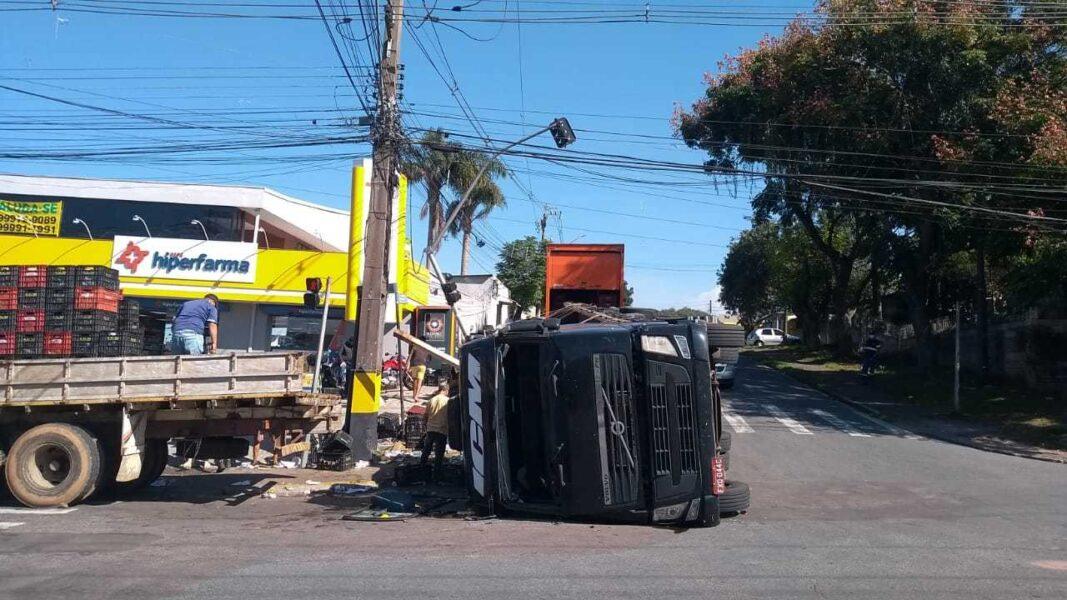 Caminhão carregado de mangas tomba no Umbará, em Curitiba