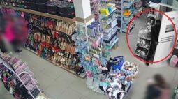 Homem se passa por cliente e furta loja em Curitiba; veja as imagens