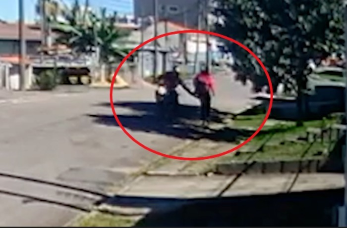 Motoqueiro assedia mulheres no Xaxim, em Curitiba; veja o vídeo