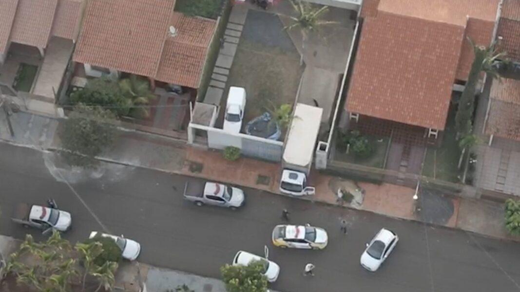 Drone registra apreensão de cigarros ilegais e prisão de suspeitos, em Cambé (PR)