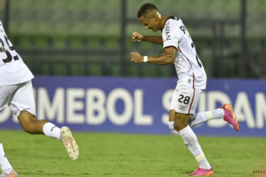 Vitinho decide e Athletico vence o Metropolitanos por 1 a 0