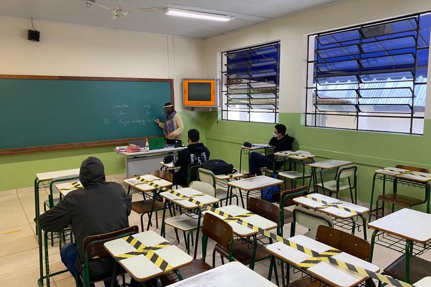 """Volta às aulas: """"O retorno está acontecendo e, por enquanto, indo bem"""", diz Ratinho Jr."""