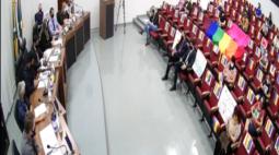 Bandeiras LGBT 'invadem' Câmara de Vereadores de Maripá