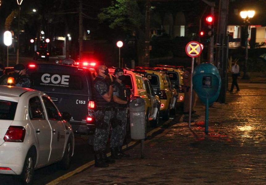Bar é interditado e clientes multados por aglomeração no bairro Batel, em Curitiba