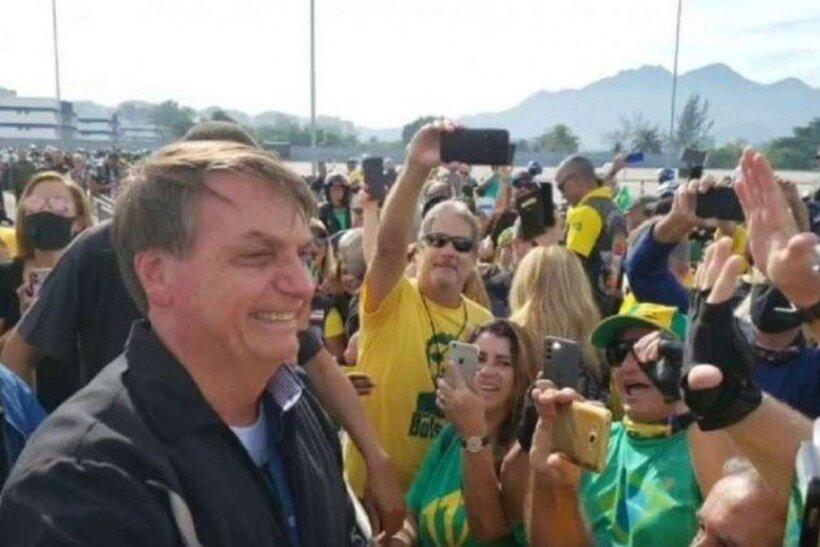 Sem máscara, Bolsonaro participa de ato com apoiadores no Rio