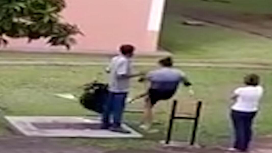 Mulher humilha zelador em discussão por causa de roupa que caiu do varal; Veja o vídeo