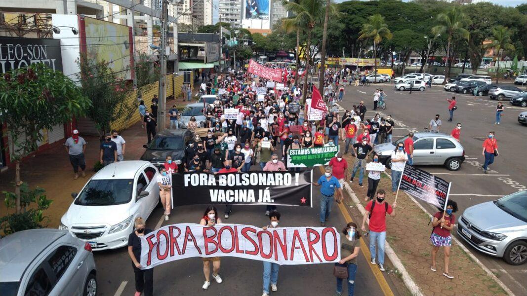 Protesto contra Bolsonaro e em favor da vacina ocorre no Centro de Maringá; fotos